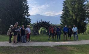 gruppo in visita delle opere sul Percorso ArteNatura